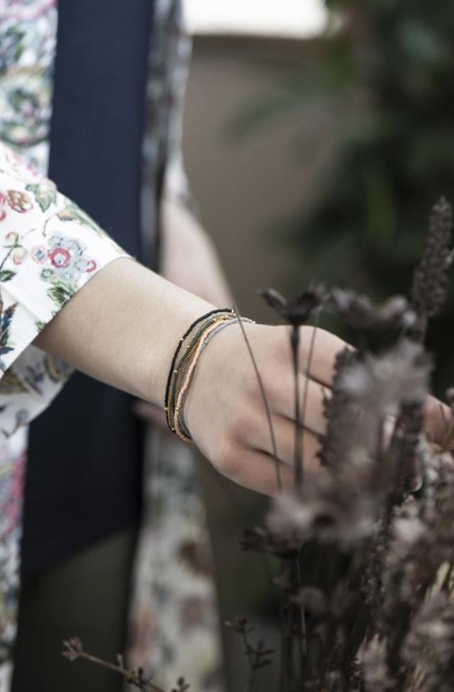Armband Glas- und Metallperlen auf Gummiband